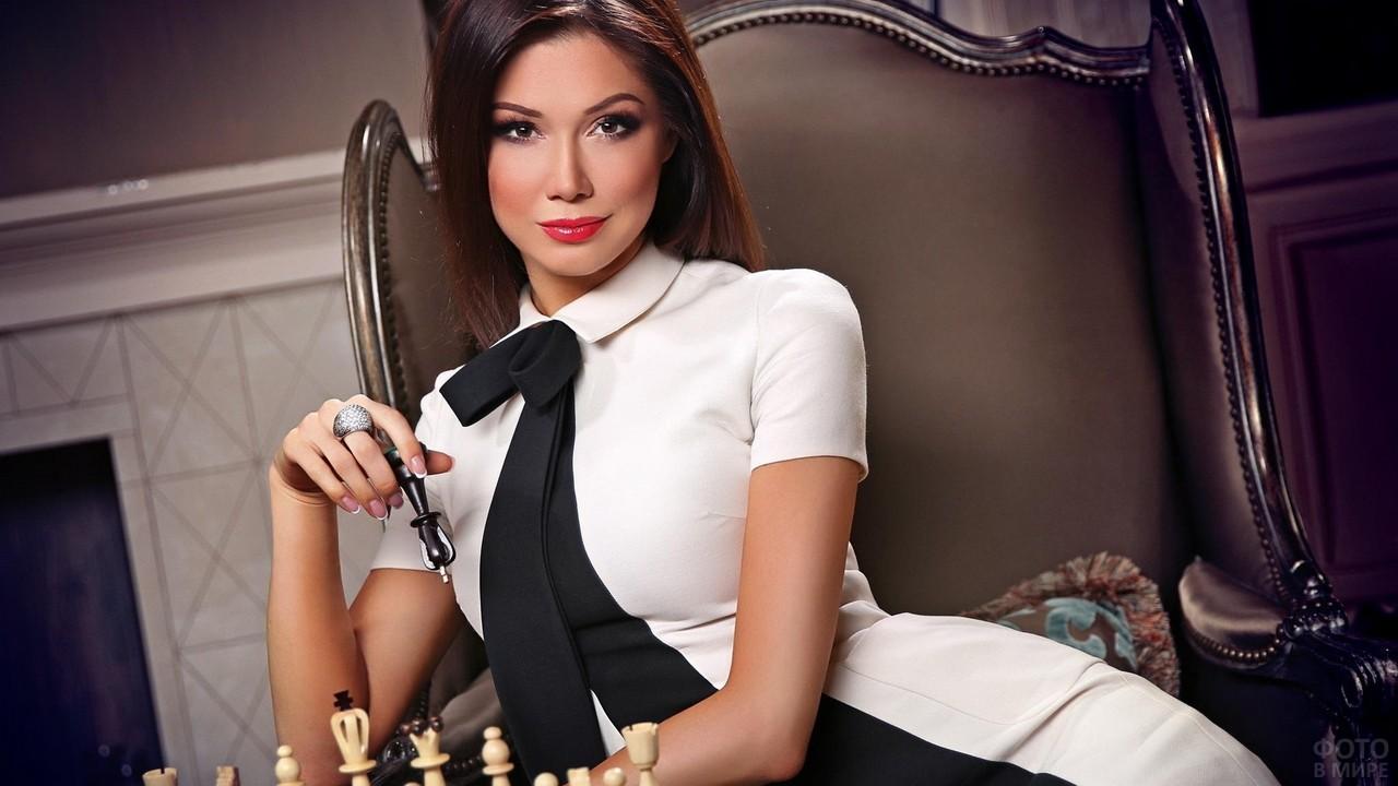 Юлия Гершун играет в шахматы