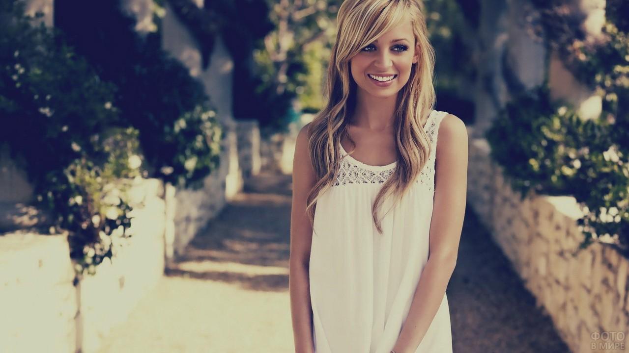 Красивая блондинка в парке
