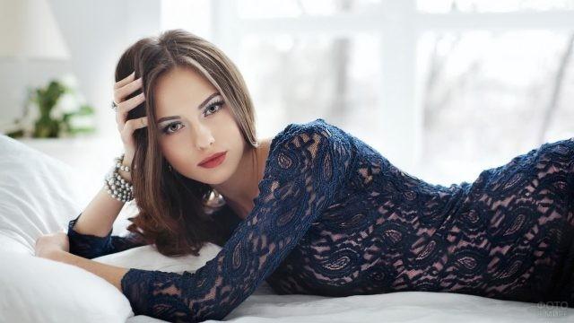 Красивая девушка на кровати