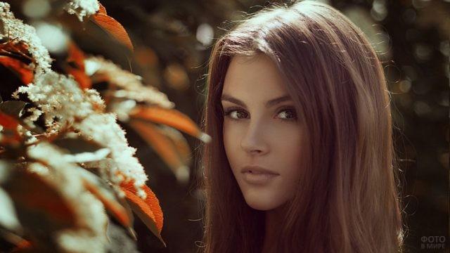 Красивая девушка у цветущего дерева