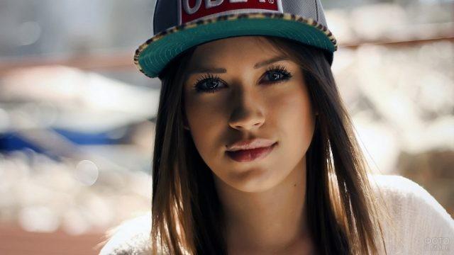 Красивая девушка в кепке