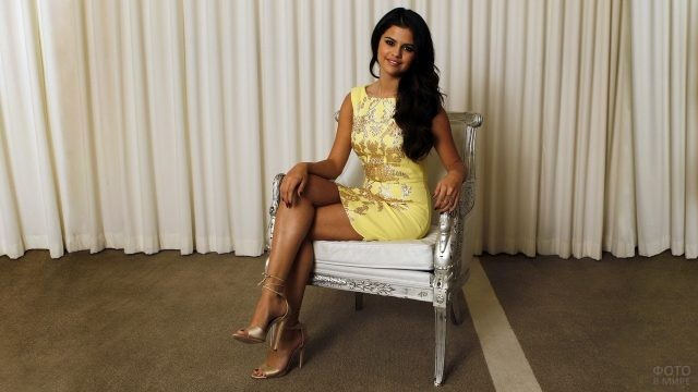 Селена Гомес на красивом стуле