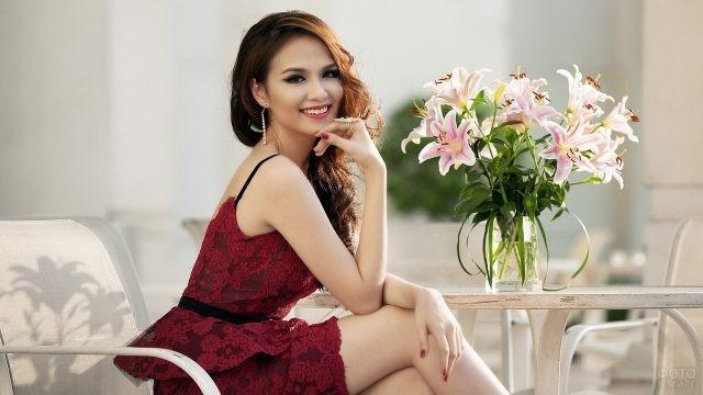 Симпатичная азиатка на стуле за столом
