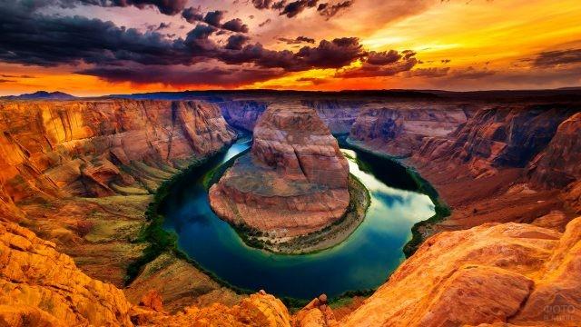 Крутой поворот русла реки Колорадо