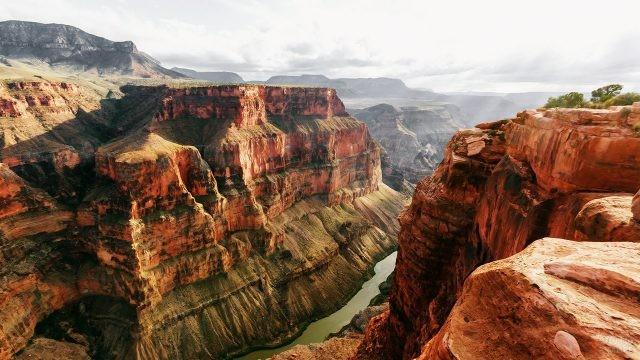 Отвесные скалы над рекой Колорадо