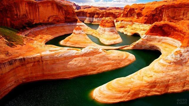 Петли реки среди марсиански-красных скал