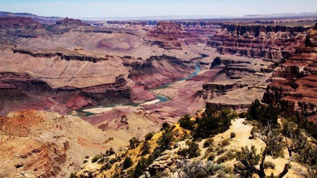 Река Колорадо на дне каньона