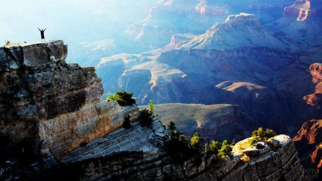 Счастливый турист на вершине скалы