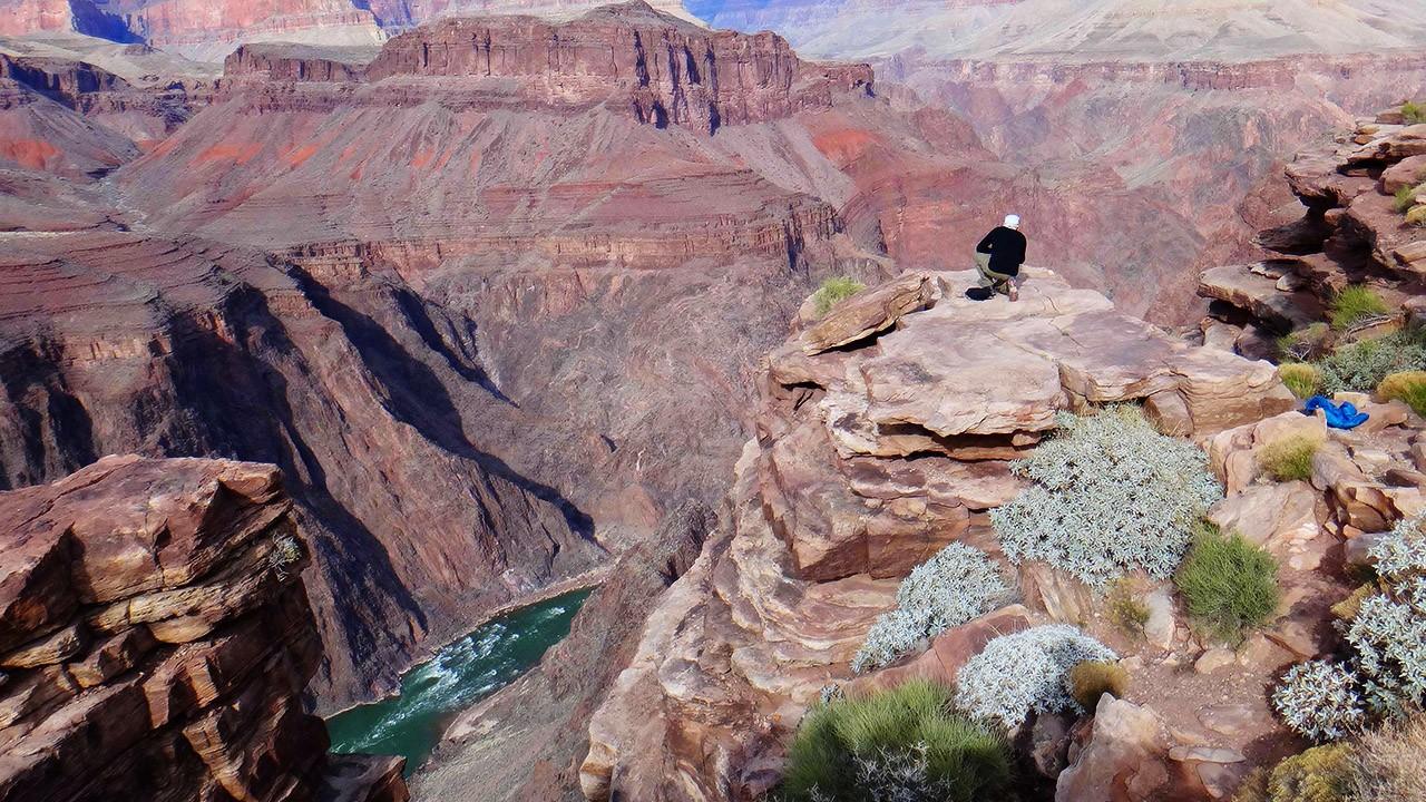 Турист на скале над рекой Колорадо