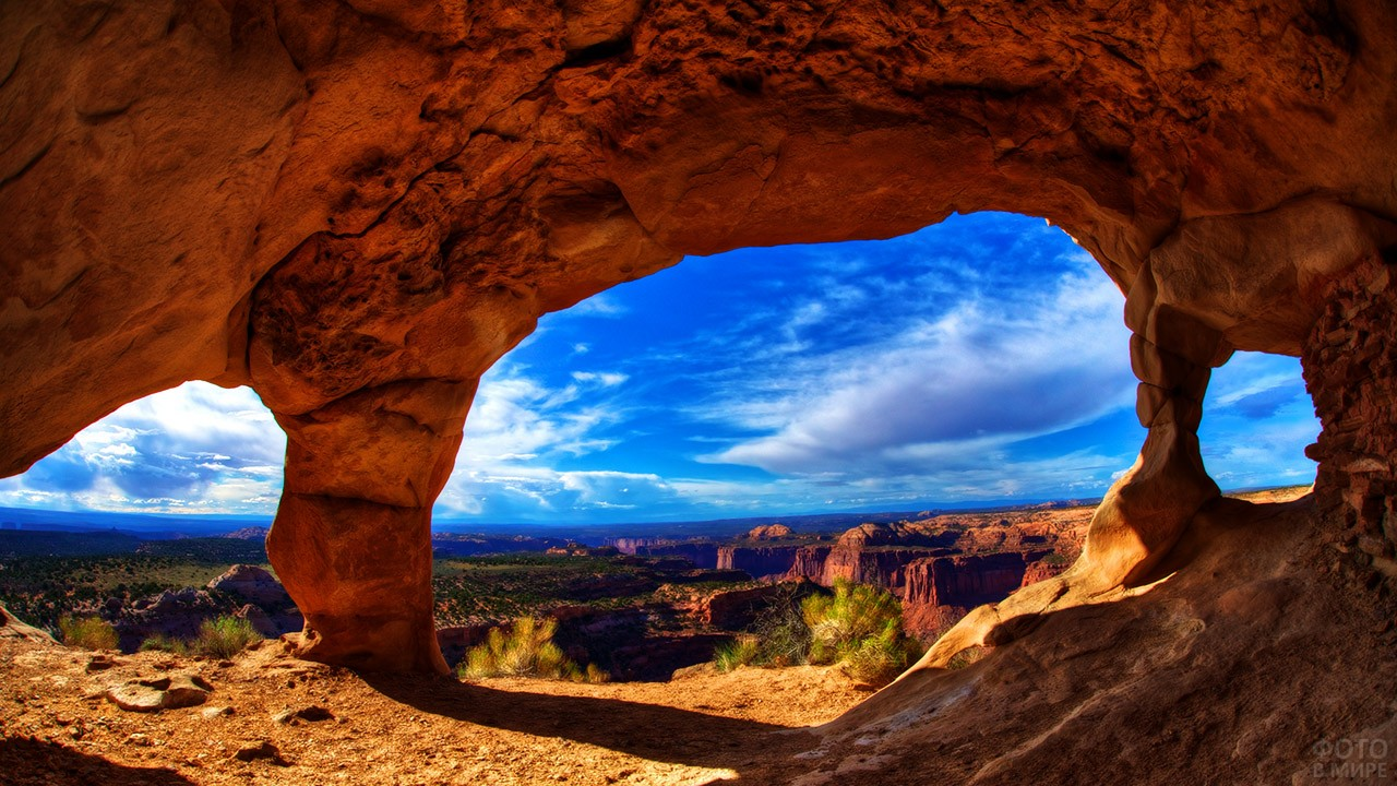 Вид из пещеры на пейзаж Национального парка