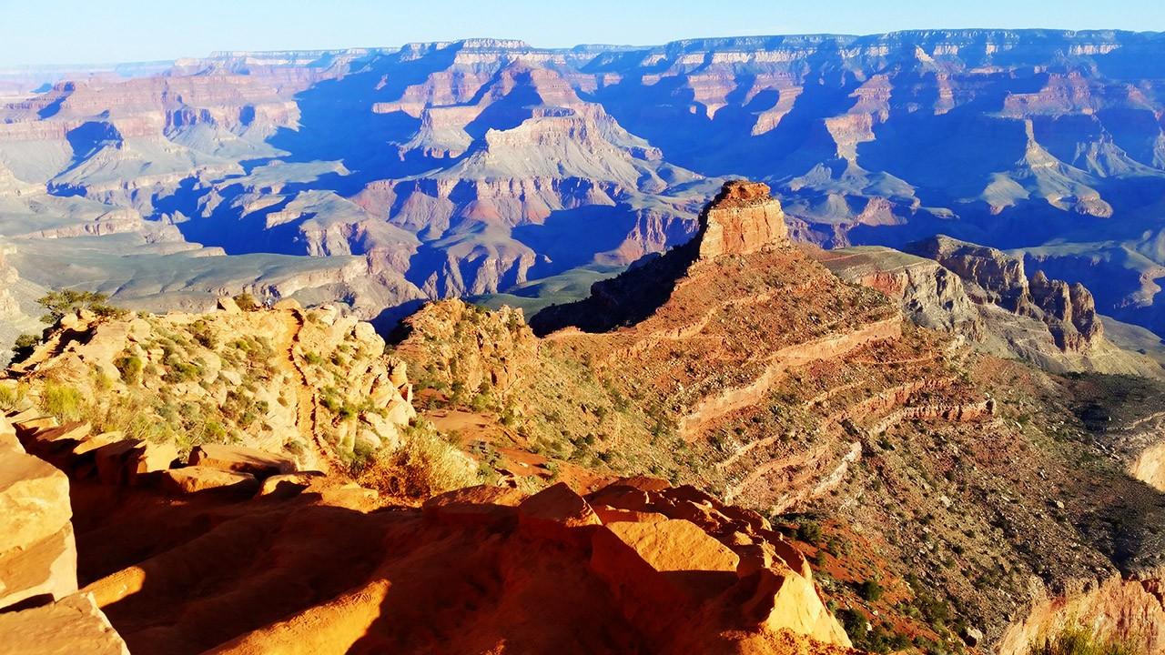 Вид с туристической тропинки на пики скал