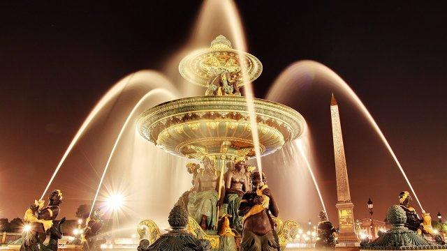 Фонтан Морей и обелиск Луксор в вечерних огнях