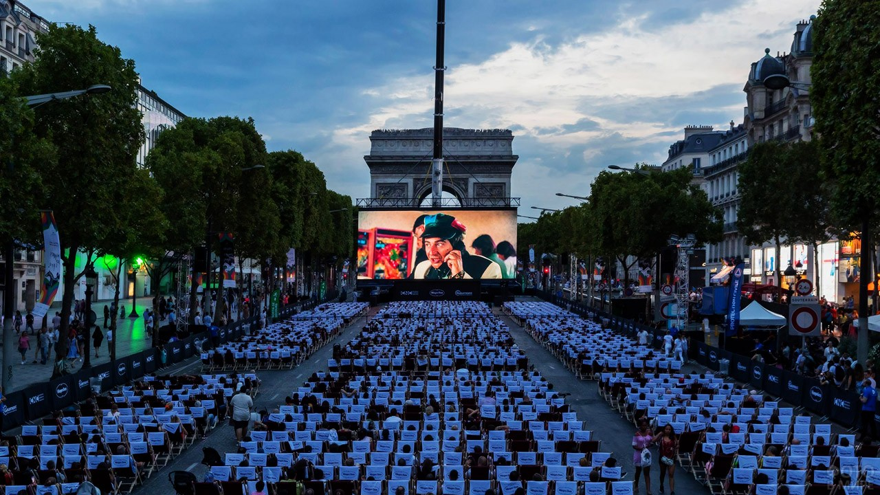 Кинопоказ под открытым небом у Триумфальной арки