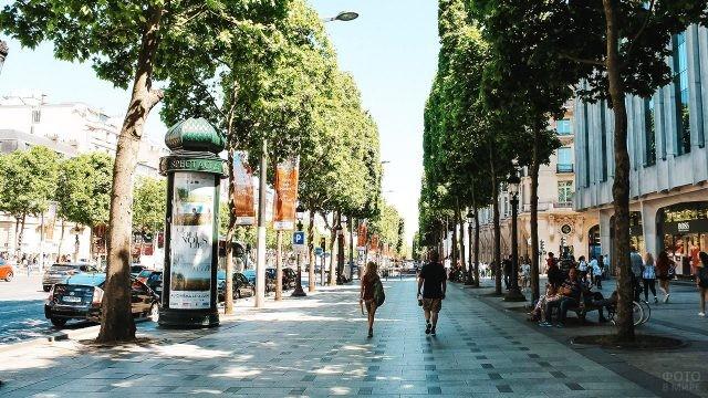 Тенистая аллея в районе бутиков на Шанз-Элизе