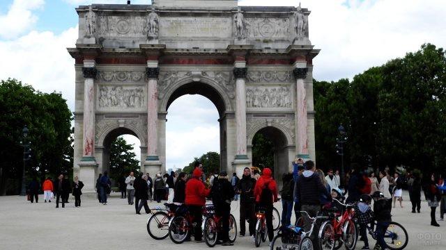Велосипедисты у Триумфальной арки