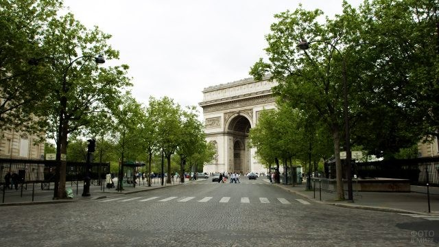 Вид с одной из боковых улочек на Триумфальную Арку на площади Звезды