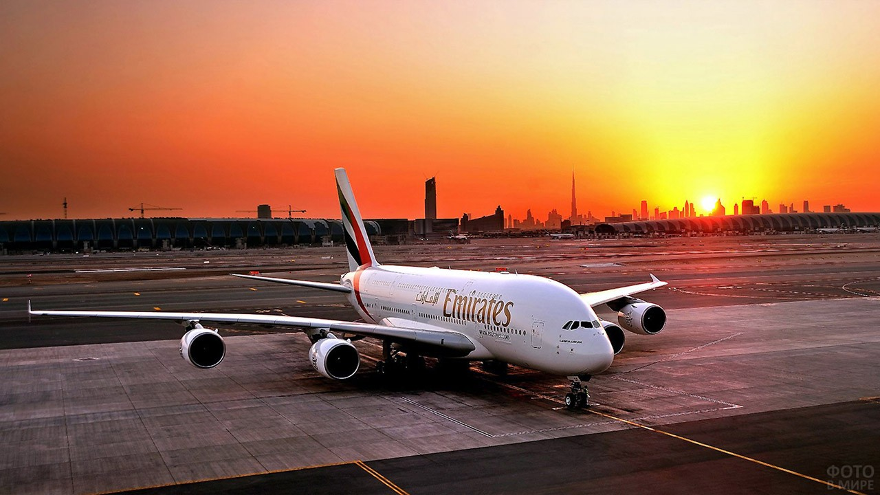 Борт авиакомпании Эмирейтс в лучах заката