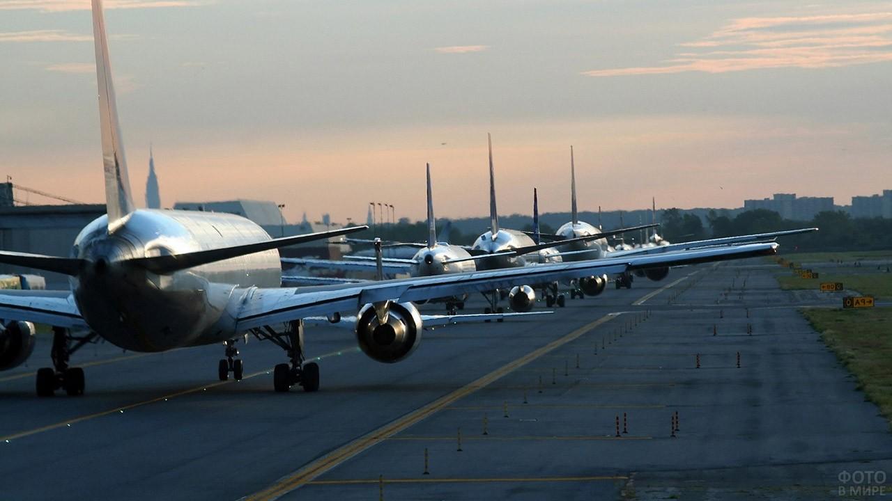 Очередь самолётов на ВПП