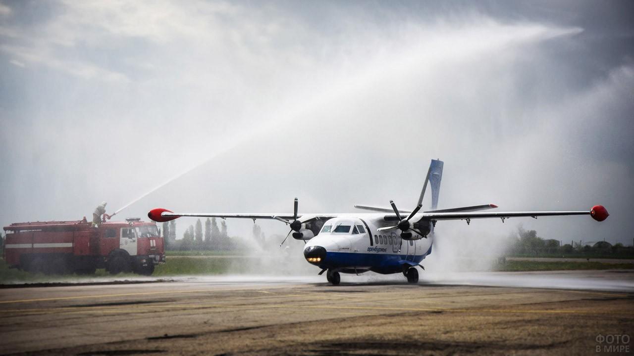 Встреча частного самолёта водяной аркой из пожарных стволов
