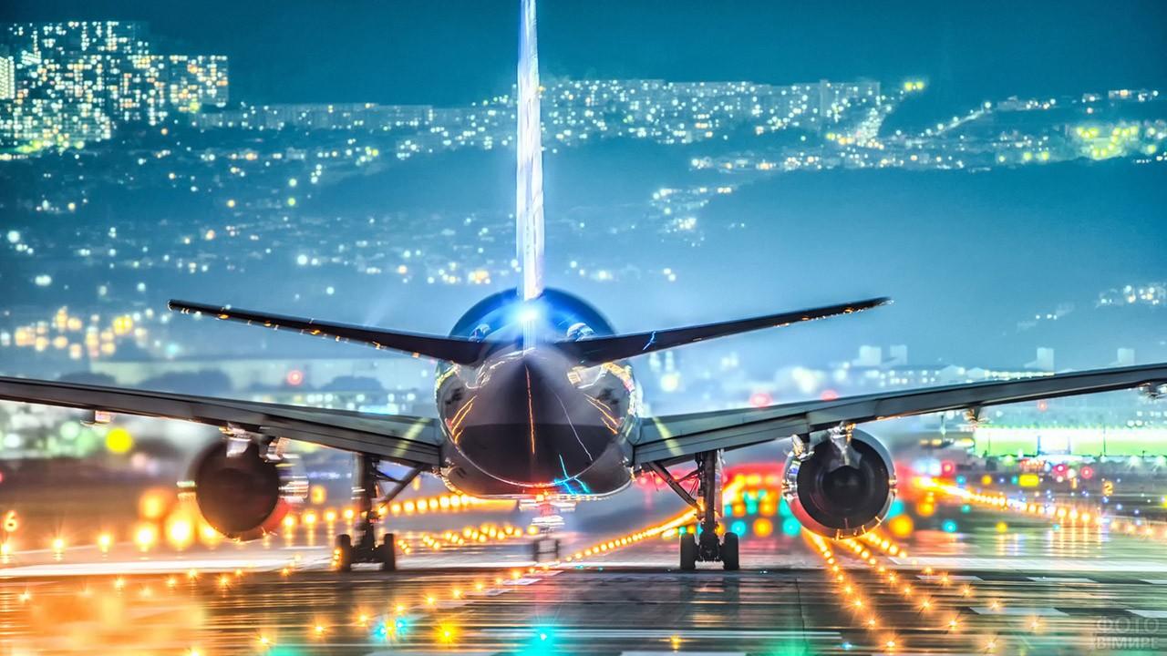 Взлетающий ночью самолёт