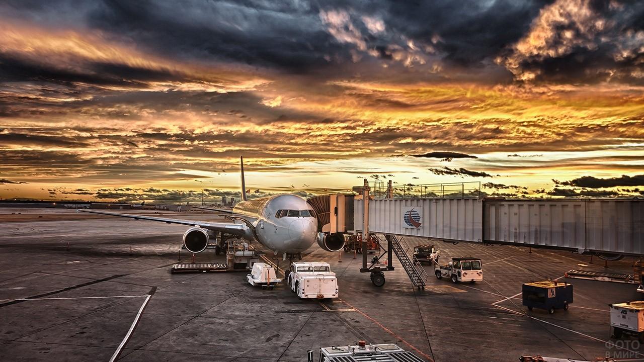 Живописный закат над перроном аэровокзала