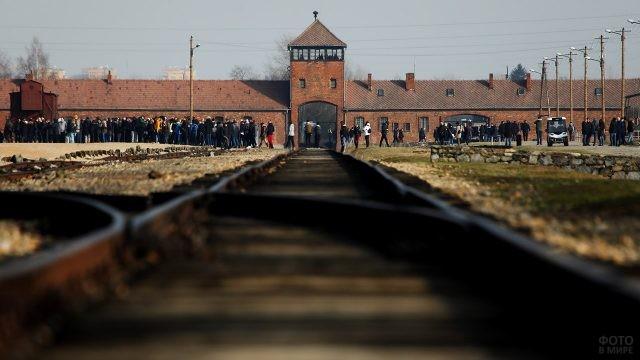Многочисленные туристы в музее Аушвиц-2 Биркенау