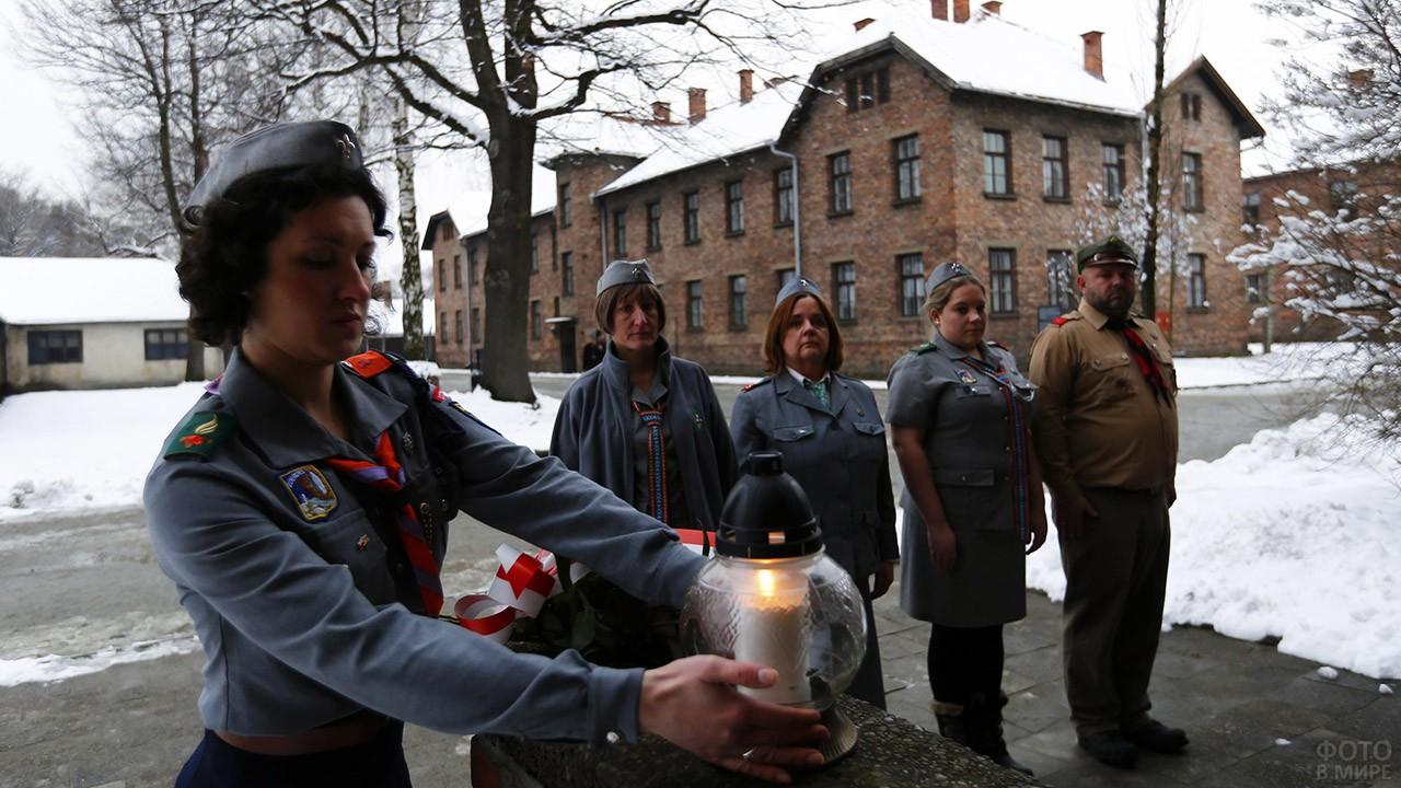 Почётный караул зажигает свечи в 70-ю годовщину освобождения Освенцима