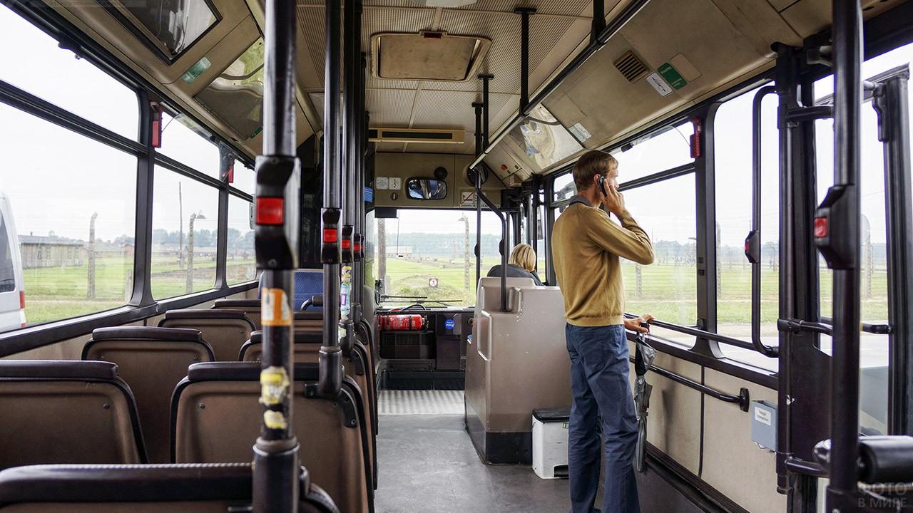 Турист в бесплатном автобусе-шаттле