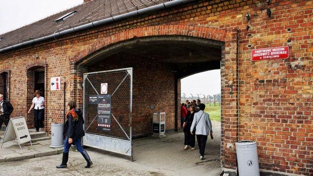 Туристы у входа в бесплатный музей