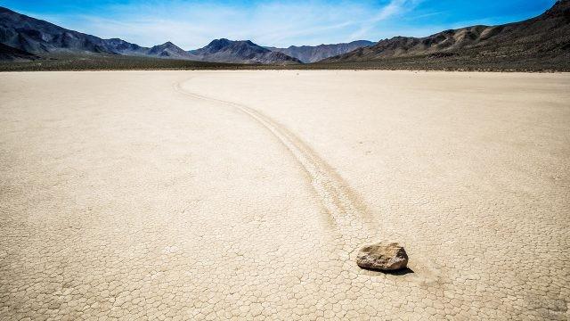 Движущиеся камни высохшего озера Рейстрек-Плайя