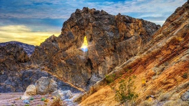 Поразительный вид на закат через расщелину в скале