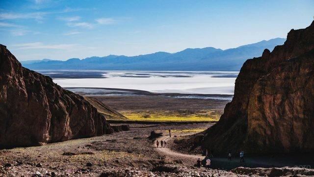 Туристы любуются панорамным видом