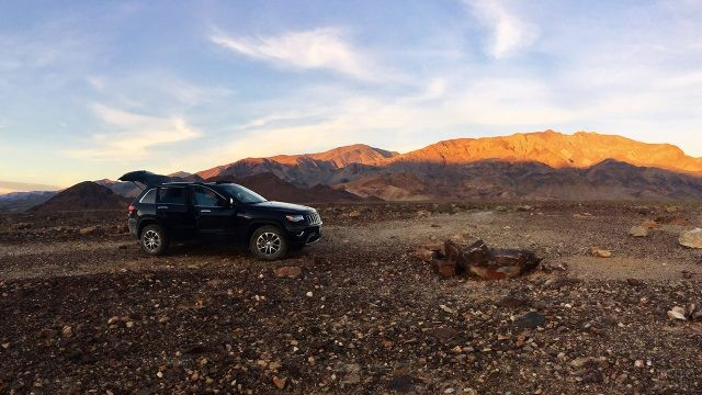 Внедорожник в вечерней калифорнийской пустыне