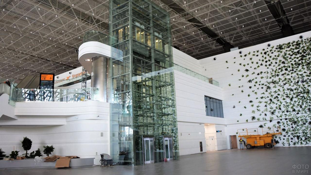 Лифты на фоне Зелёной стены