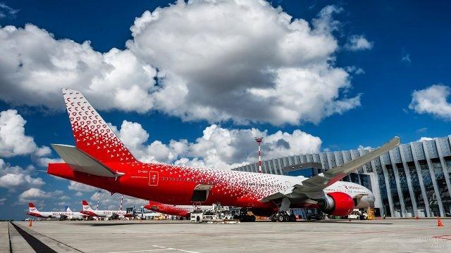 Пассажирский самолёт у здания аэровокзала