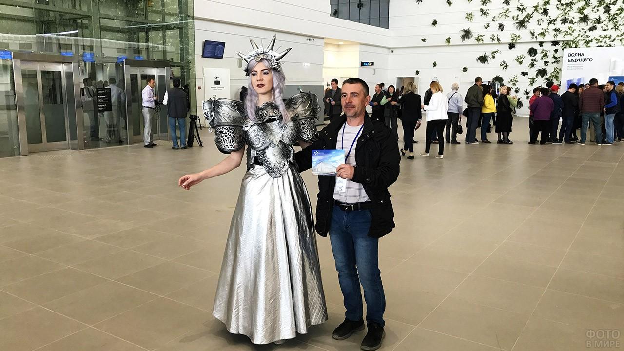 Промоутер встречает пассажиров в новом аэропорту Симферополь