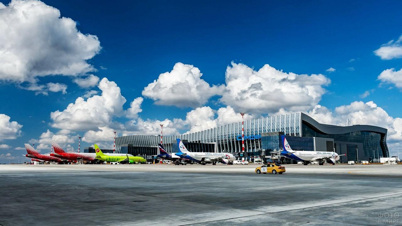 Самолёты на перроне аэропорта имени Айвазовского