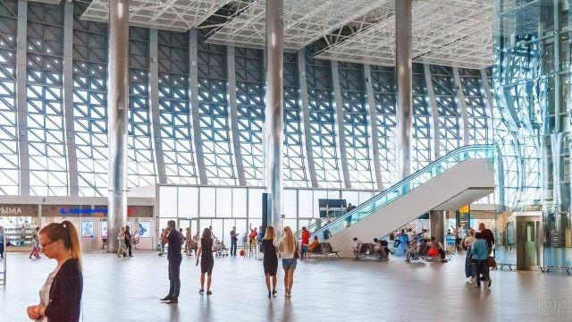Туристы в фойе нового аэровокзала