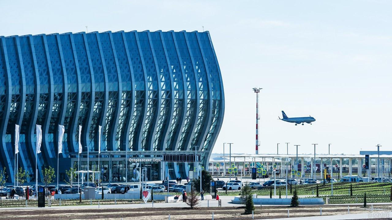 Взлетающий над аэровокзалом самолёт
