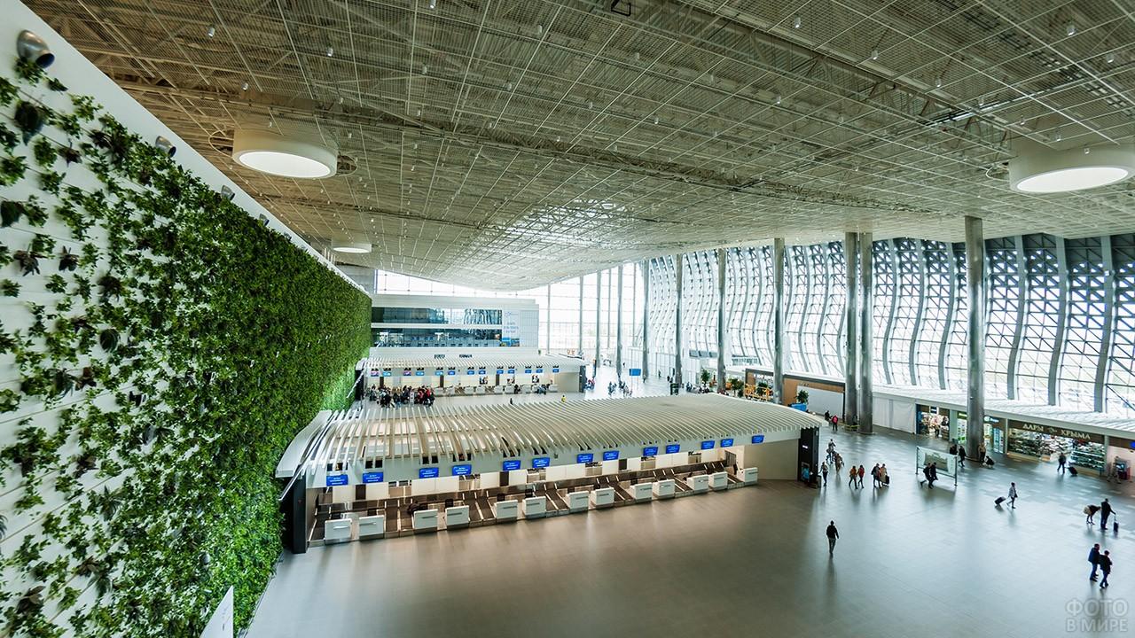 Зелёная стена в зале регистрации пассажиров