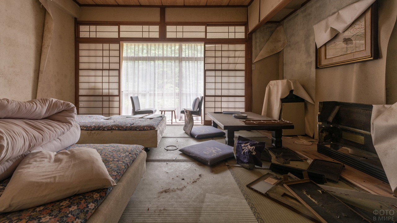 Беспорядок в комнате в японском стиле