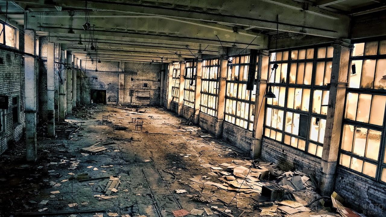 Беспорядок внутри просторного помещения