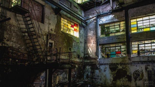 Цветные стёкла на окнах просторного помещения