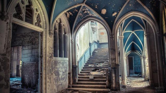 Красивое оформление особняка в синих цветах