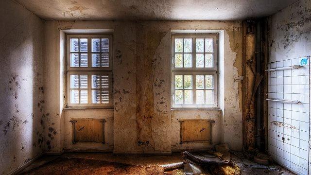 Ободранные стены в светлой комнате