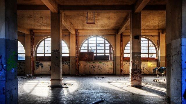 Просторное заброшенное здание с колоннами