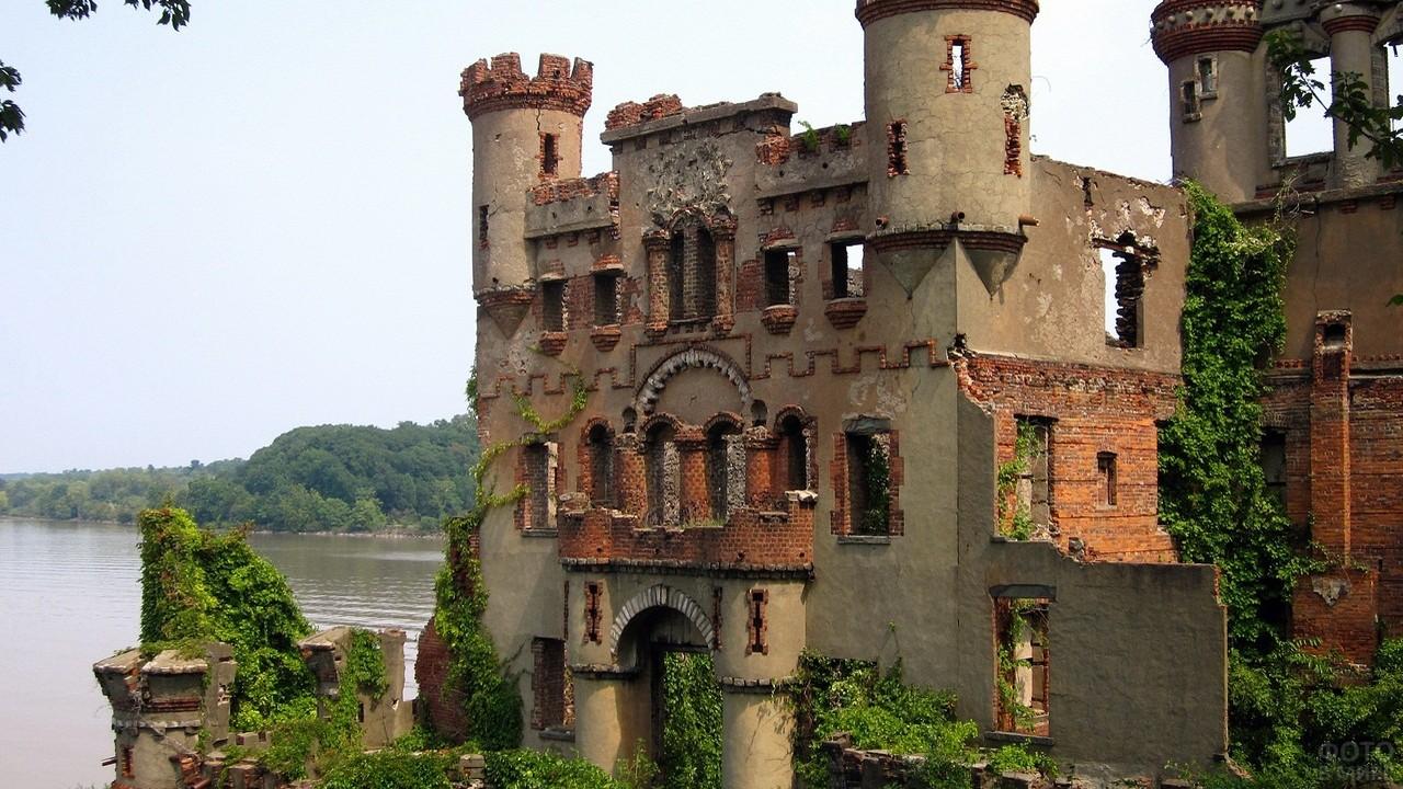 Разрушенный замок у водоёма