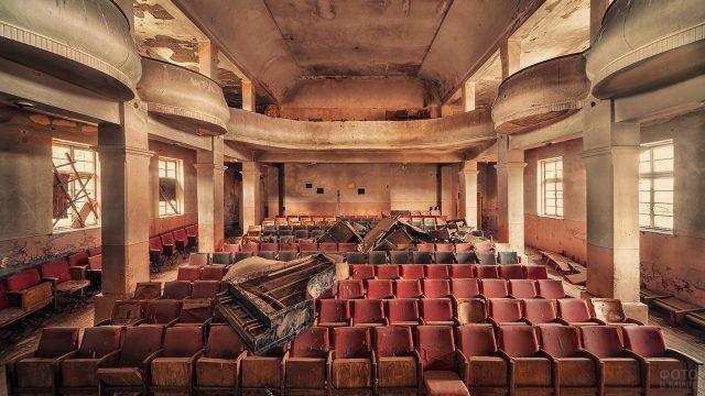 Рояль на красных креслах актового зала
