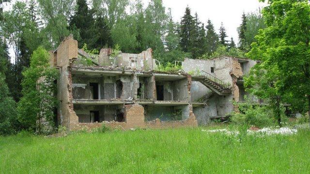 Руины заброшенного здания в лесу