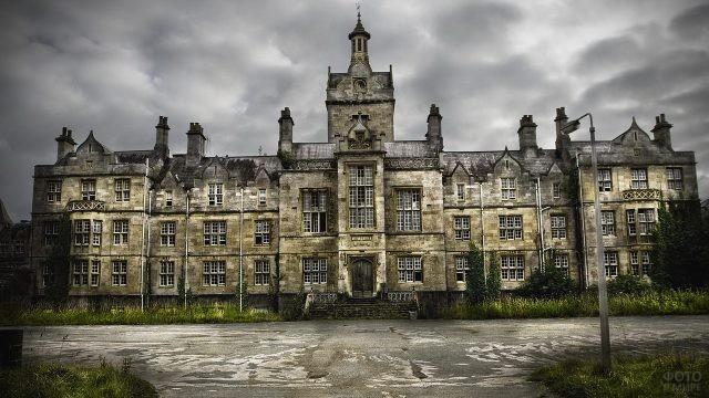 Старинный замок из белого кирпича